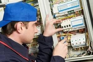 elektrikár opravuje istič