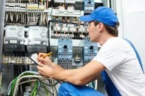 revízny technik kontroluje elektriku