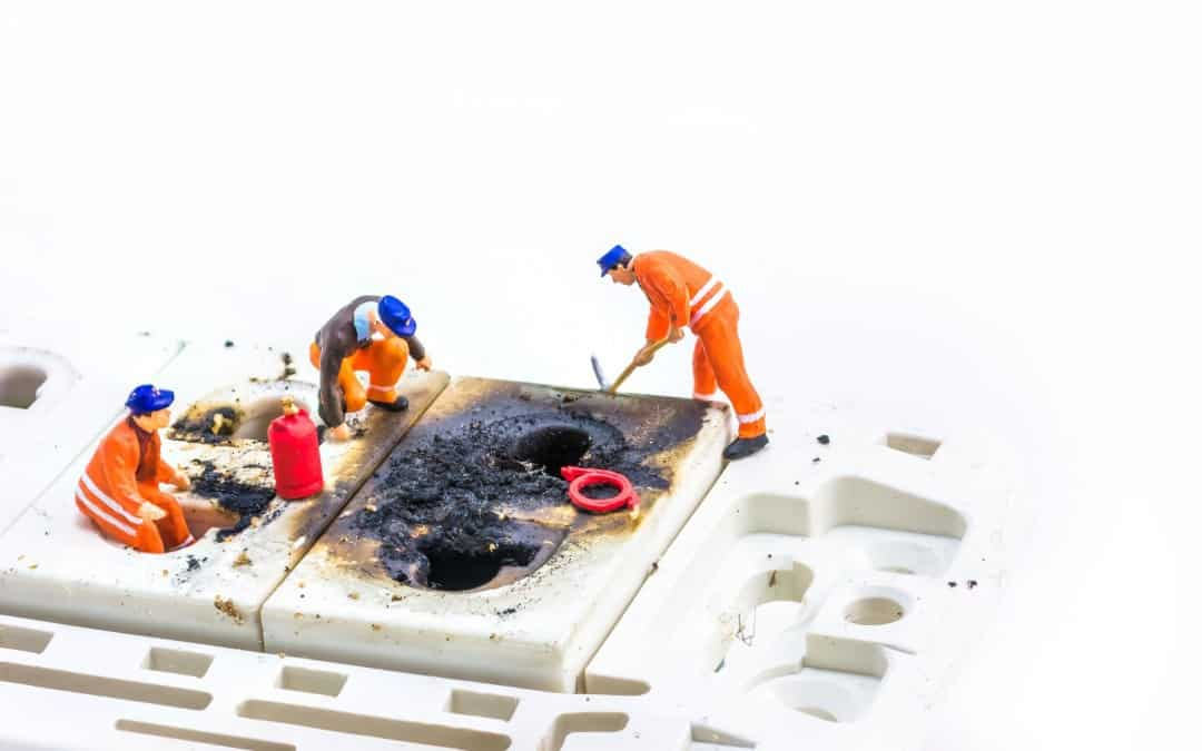 elektrikár opravuje zásuvku