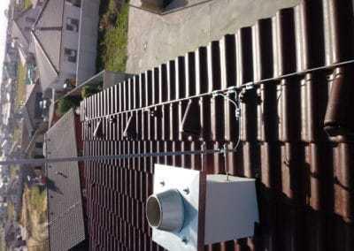 Uchytenie bleskozvodovej sústavy na streche domu spolu s jímacou tyčou