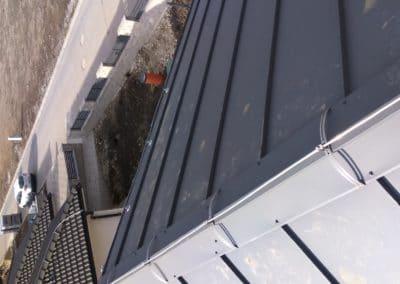 Upevnenie bleskozvodu na hrebeni strechy pomocou úchytov LINDAB