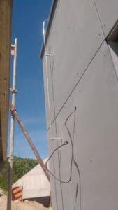 Ochranný uholník zemničov - Uchytenie bleskozvodovej sústavy na stene domu