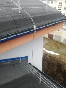 Uchytenie a vedenie bleskozvodovej sústavy na streche bytového domu