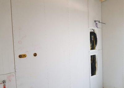 Káble v rozvodnici skontrolované a skryté aby nedošlo k poškodeniu inými profesiami. Čakajú na zapojenie.