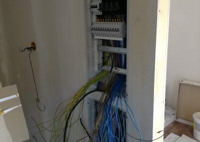 Triedenie a drôtov, postupné zapájanie ističov a prúdových chráničov, podľa schémy zapojenia.