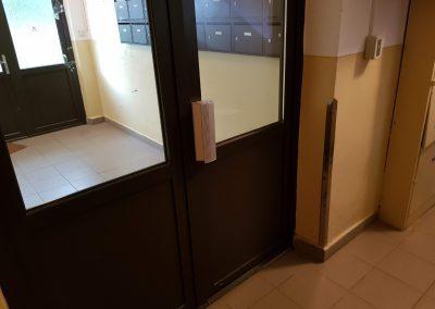 Madlo dverí s elektromagnetickým zámkom