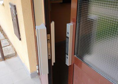 Elektromagnet na hliníkových dverách